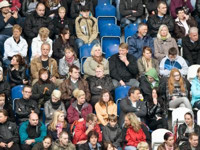 Trauergäste sitzen während der Gedenkfeier zur Loveparade-Katastrophe im MSV-Fußballstadion in Duisburg.