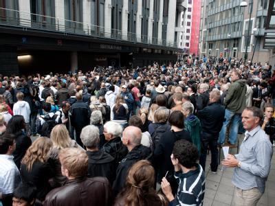 Hunderte Menschen stehen am Hinterausgang des Osloer Gerichtsgebäudes. Drinnen wird Anders Behring Breivik von einem Haftrichter verhört.