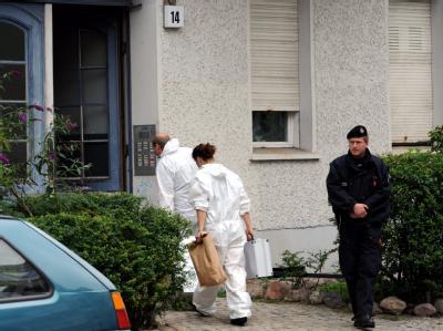 Beamte der Spurensicherung betreten das Haus in der Puchanstraße in Berlin, in dem sechs Leichen gefunden worden waren.