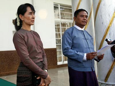 Birmas Friedensnobelpreisträgerin Aung San Suu Kyi trifft Arbeitsminister Aung Kyi.