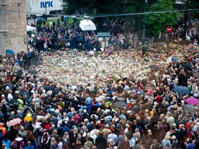 Hunderte Menschen halten während einer Schweigeminute auf dem Domplatz in Oslo inne.