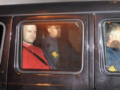 Der geständige Anders Behring Breivik wird nach seiner Anhörung von Polizisten abtransportiert. Nach jüngsten Polizeiangaben soll er für den Tod von 76 Menschen verantwortlich sein. Zunächst hatte die Polizei die Zahl der Toten mit 93 angegeben.