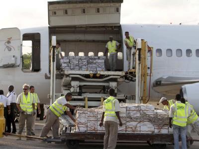 Hilfe für Somalia: Die ersten Essensrationen werden auf dem Flughafen von Mogadischu ausgeladen.