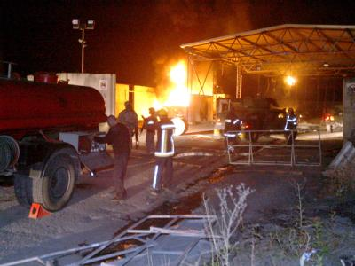 Flammen schlagen aus dem von Serben verwüsteten Grenzübergang.