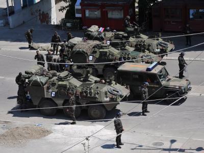 KFOR-Soldaten sichern im Kosovo seine Brücke in Mitrovica.