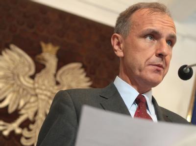 Ein interner Bericht über die Ursachen für den Absturz der Präsidentenmaschine in Russland listet schwere eigene Versäumnisse auf: Verteidigungsminister Bogdan Klich während der Rücktrittserklärung.