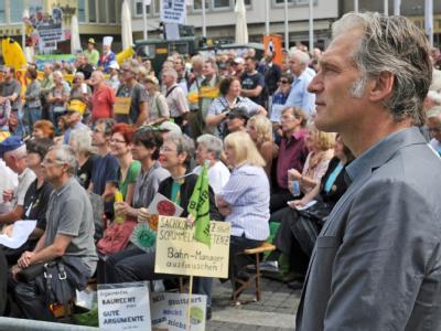 Gleichgesinnte: Schauspieler Walter Sittler verfolgt mit S21-Gegnern auf einer Großleinwand vor dem Rathaus in Stuttgart die Debatte über den Stresstest.