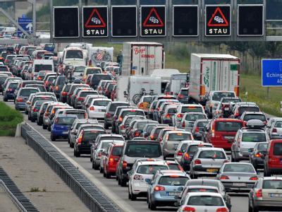 Stau auf der Autobahn A9 zum Ferienbeginn in Bayern.