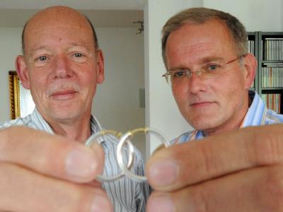 Vor zehn Jahren, am 01. August 2001, gaben sich dieses homosexuelle Paar das Ja-Wort und ließ die Lebenspartnerschaft amtlich eintragen.