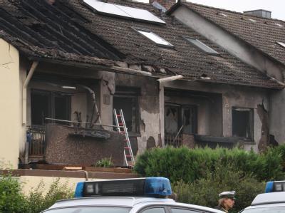 Von einem Feuer komplett zerstört sind zwei Reihenhäuser in Winterhausen (Unterfranken).