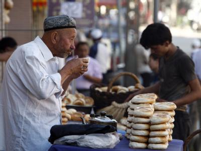 Ein uigurischer Händler verkauft Brot in der Oasenstadt Kashgar in der Unruheregion Xinjiang (Archivfoto vom 10.07.2009).