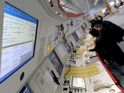 Fluglotsen arbeiten im Kontrollzentrum der Flugsicherung in Langen bei Frankfurt/Main. (Archivbild)