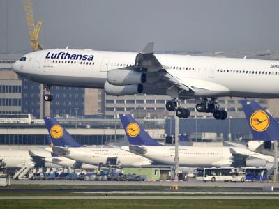 Ein Airbus A340-300 der Lufthansa landet auf dem Flughafen Frankfurt am Main. (Archivbild)