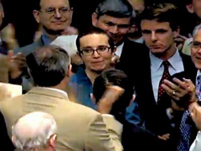 Gabrielle Giffords (M) wird während der Abstimmung zum Schuldenkompromiss mit Beifall begrüßt. (Foto: Grab/House TV)