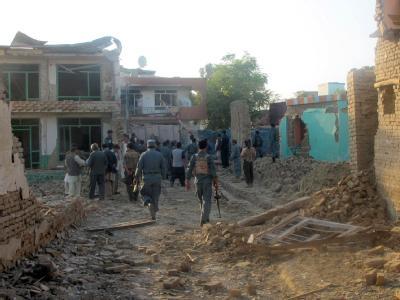 Afghanische Sicherheitskräfte inspizieren den Ort der Attacke in Kundus.
