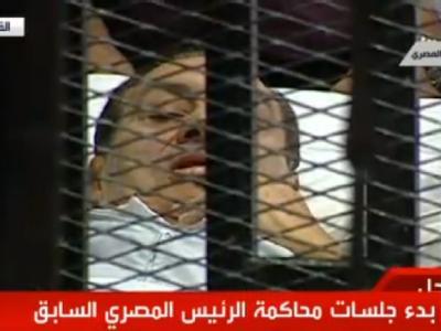 Hosni Mubarak wurde im Krankenbett in den Gerichtssaal geschoben.