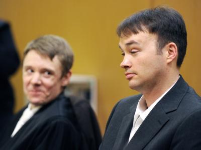 Der verurteilte Kindermörder Magnus Gäfgen (r.) mit seinem Rechtsanwalt Michael Heuchemer (Archiv).