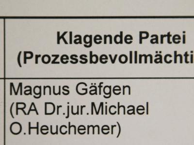 Die Namen des Klägers Magnus Gäfgen und dessen Rechtsanwalt Michael Heuchemer im Landgericht vor dem Gerichtssaal.