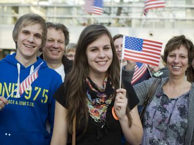 Milena Duksa (M) und ihre Familie freuen sich über den abgesagten Fluglotsenstreik am Düsseldorfer Flughafen.