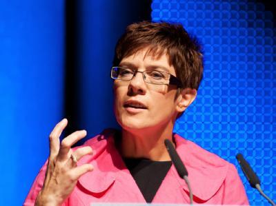 Annegret Kramp-Karrenbauerfolgt Peter Müller im Amt des saarländischen Ministerpräsidenten.