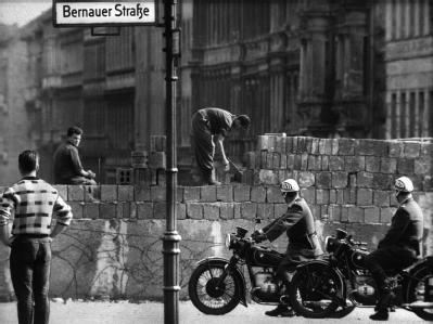 Arbeiter erhöhen die Sektorensperre an der Bernauer Straße in Berlin im August 1961. (Archivbild)