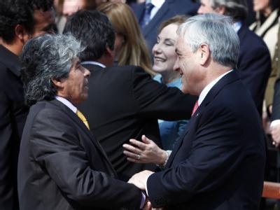 Der chilenische Präsident Sebastián Piñera begrüßt bei der Feierstunde in Copiapó Bergarbeiter Mario Gomez (l).