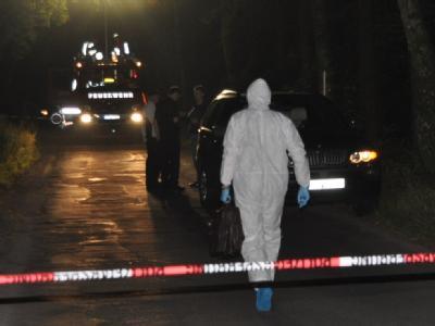 Polizeibeamte sichern nach dem Fund von brennenden Leichenteilen bei Buxtehude die Spuren. (Foto: Polizeiinspektion Stade)