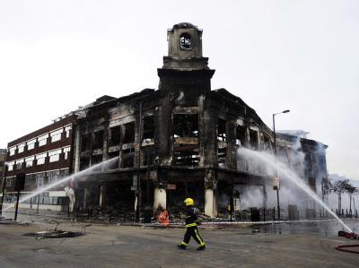 Nach der ersten Krawallnacht am Samstag hatte die Feuerwehr viel zu tun.