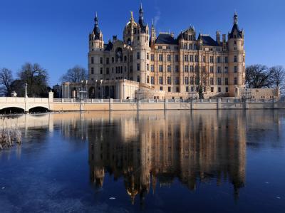 Das Schweriner Schloss: Das Landesverfassungsgericht hat die Kreisgebietsreform bestätigt. Mecklenburg-Vorpommern bekommt nun die flächenmäßig größten Landkreise. (Archivbild)