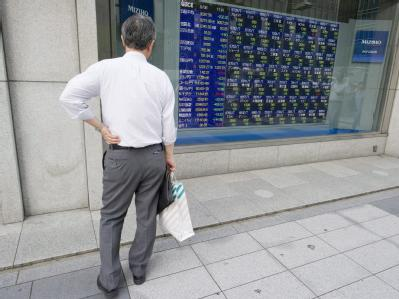 Ein Japaner studiert in Tokio die aktuellen Börsenkurse.