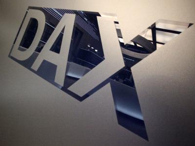 Durch ein Logo des Deutschen Aktienindex (DAX) spiegelt sich die Börse in Frankfurt am Main.