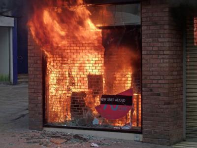 Die Randalierer haben wieder einmal ein Geschäft in Brand gesteckt.