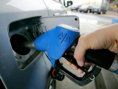 Die Mineralölsteuer für einen Liter Benzin soll von 65 Cent auf 78 Cent steigen. (Archivbild)