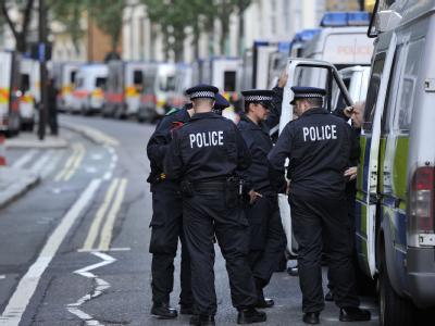 Polizisten bereiten sich auf einen weiteren Einsatz in den Straßen Londons vor.