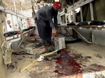 Eine Blutlache am Boden des zerstörten Polizeitransporters.