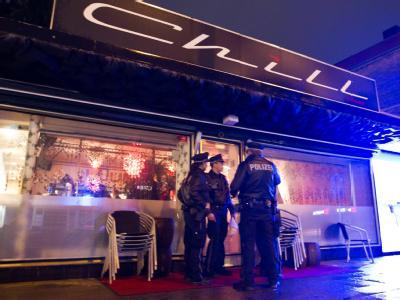 Polizeibeamte vor dem Lokal in Hamburg-Barmbek.
