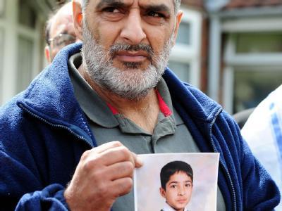 Tariq Jahan mit einem Foto seinen toten Jungen.