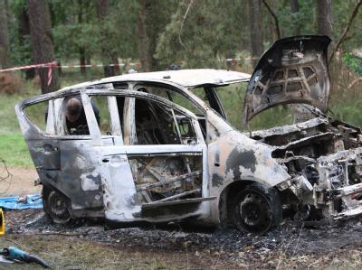 Polizeibeamte hatten am frühen Freitagmorgen in einem Waldstück bei Nauen das Fahrzeug mit den beiden Leichen entdeckt.