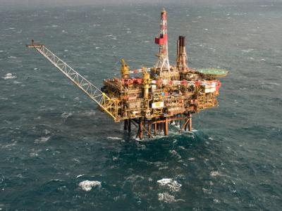 Auf der Nordsee treibt ein Ölteppich, weil es bei einer Förderplattform des Konzerns Shell ein Leck gab.