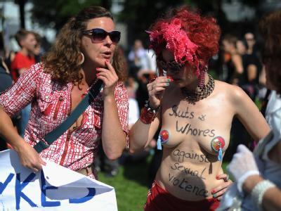 Frauen oben ohne, in Strapse oder mit High-Heels: «Schlampen» setzen ein Zeichen gegen falsche Schuldzuweisungen nach sexuellen Übergriffen.