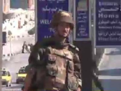 Vom TV aufgenommen: Ein Soldat auf einer Straße nahe der Stadt Homs.