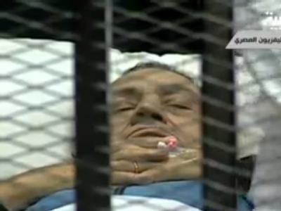 Der ägyptische Ex-Präsident Husni Mubarak ist erneut liegend vor Gericht erschienen. (Al-Arabiya-Screenshot)