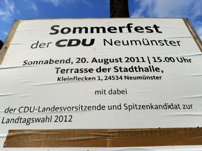 Der Name von Christian von Boetticher ist auf einem Plakat in Neumünster überklebt.