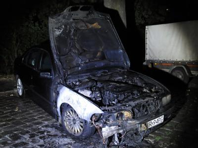 Ein ausgebranntes Auto am neuen Ufer in Berlin. Die Anschläge der kriminellen Zündler nehmen kein Ende.