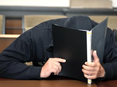 Der wegen Mordes angeklagte Michael B. im Gerichtssaal des Landgerichts in Verden.
