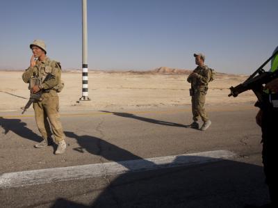 Nach den Terroranschlägen sichern israelische Sicherheitskräfte die Hauptstraße nach Eilat.