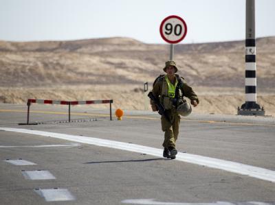 Ein israelischer Soldat patrouilliert auf einer Straße nordwestlich von Eilat am Roten Meer.