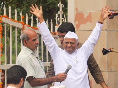 Der Gandhi-Anhänger Anna Hazare will nach seiner Freilassung aus dem Gefängnis seinen Hungerstreik öffentlich fortsetzen.
