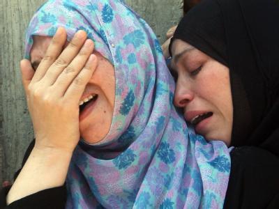 Trauernde Angehörige während der Beerdigung eines getöteten palästinensischen Islamisten.
