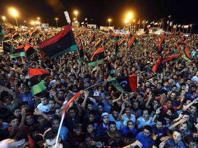 Tausende Menschen feiern auf einem Platz in Bengasi.